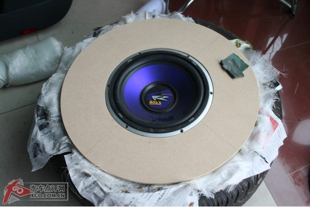 将低音炮倒模到备胎洞里 不想在后备箱背低音炮的福音 汽车改装频道 高清图片