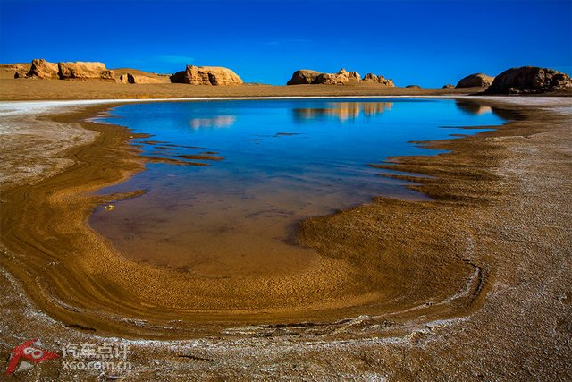 核心提示:在中国,雅丹的最大分布区也不是在它最早的发现地罗布泊地区,而是在青海省的柴达木盆地的西北部冷湖和柴旦地区。亚洲及中国最大的雅丹地貌面积约2万4千多平方公里,主要分布于青海柴达木盆地西北部南八仙、一里坪、俄博梁等地,其次是分布在河西走廊疏勒河、党河中下游和新疆罗布泊周围。  东台吉纳尔,是德都蒙古族部族名称,也是著名的富矿咸水湖,东台吉纳尔水上雅丹,位于冷湖、格尔木、柴旦三个行政区交界处,可谓中国西部的千岛湖,也是世界绝无仅有的水上雅丹地貌群。  东台吉纳尔湖发源于昆仑山西段纳凌格勒河谷,由于近现