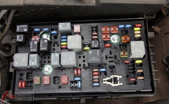 取下保险盒盖子和雨刮器进水管,方便安装左边的大灯