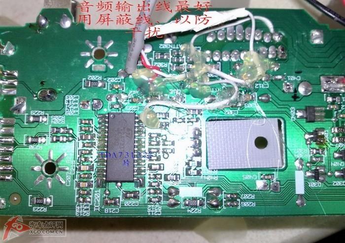 史无前例-赛欧收音机主机加装TDA7850功放板,全程图解!这里要特别说明一下,需要用美工刀将喇叭输出端与电路板的走线切断!就是与灰黑,黑,绿黑,黑,这四根线焊接的那四个点,和这四个点相连接的线路用美工刀切断!保证功放板放大的信号直接通过这四根线输出到喇叭,和原主机上没有任何连接,如果不切断会引起TDA7850输出短路保护!音量大的时候就会发生这种现象!或者把这四根线直接接到喇叭线上,不接到原主机电路板上!(特此说明2011-2-14)