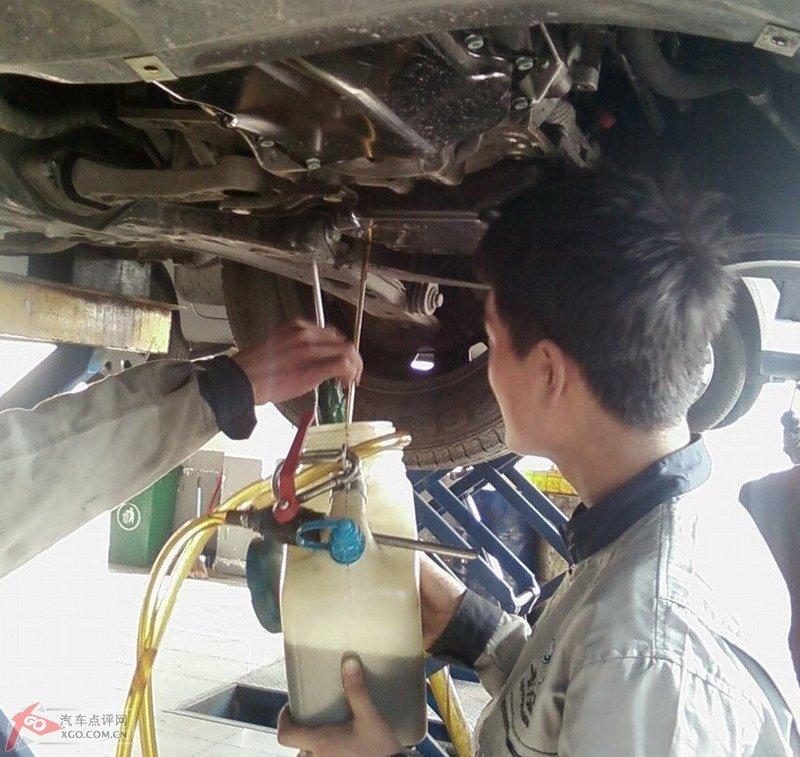 [图]新宝来8500公里更换自动变速箱油封作业