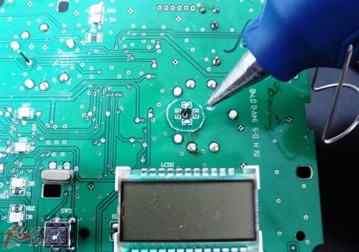 再固定两个小针的光源电路板