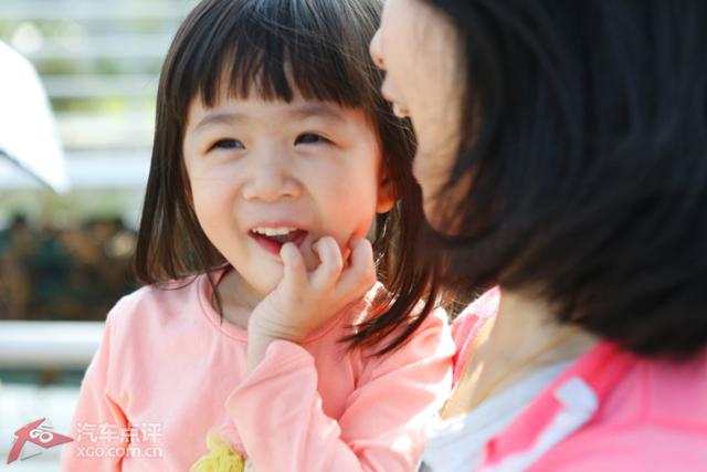 小孩子就是容易满足,最爱笑了.